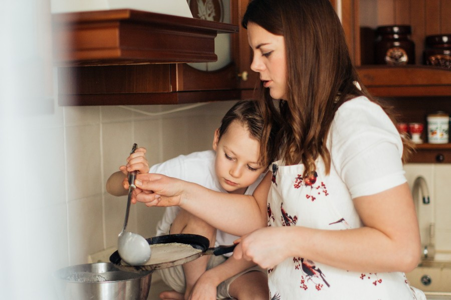 mother-and-child-preparing-crepes-3807364